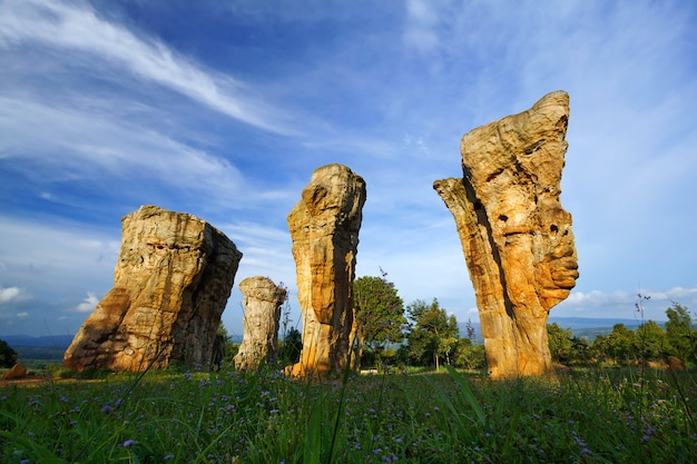 Nark nacional do stonehenge branco da rocha, parque nacional de phu hin lan em tailândia.