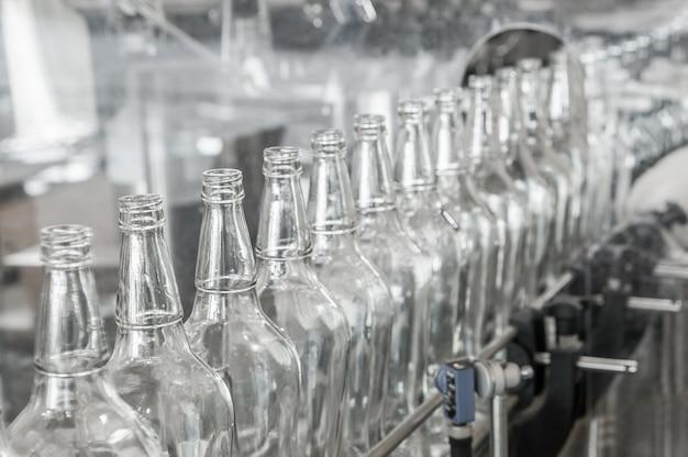 Nas garrafas de vidro da correia transportadora. loja de fábrica para a produção de garrafas de vidro e bebidas