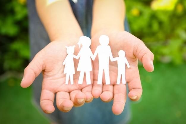 Nas mãos da família em um papel de fundo