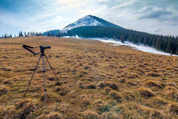 Nas montanhas câmera em um tripé em tempo frio
