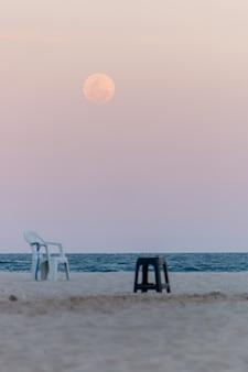 Nascer da lua na praia de copacabana no rio de janeiro, brasil.