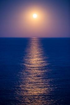 Nascer da lua sobre o mar na espanha