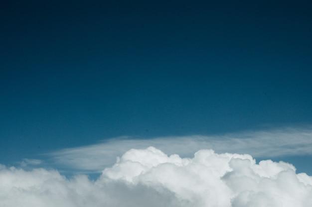 Nascer do sol acima das nuvens da janela do avião.