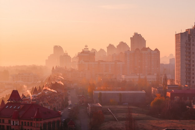 Nascer do sol bonito da manhã do outono adiantado sobre a cidade de kiev