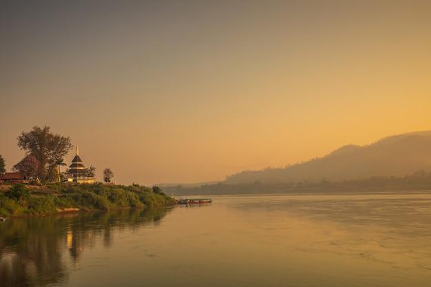 Nascer do sol bonito em mekong river em chiang khan, na beira de tailândia e em laos, província de loei, tailândia.