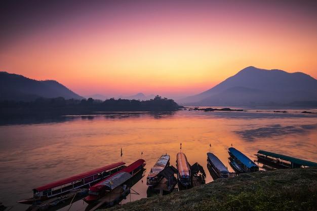 Nascer do sol bonito em mekong river, na beira de tailândia e em laos, província de loei, tailândia.