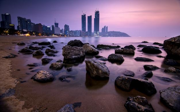 Nascer do sol bonito na praia de busan, busan, coreia do sul.