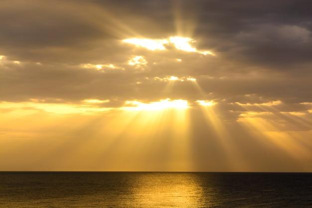 Nascer do sol brilhante sobre o mar nas nuvens