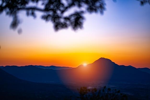 Nascer do sol céu manhã nas colinas é beleza na tailândia
