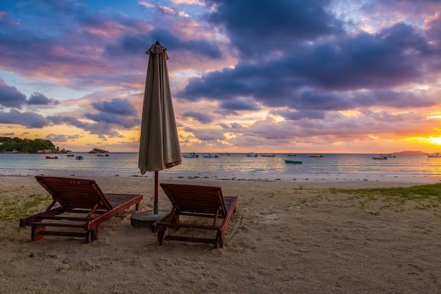 Nascer do sol colorido na praia solitária da ilha de praslin