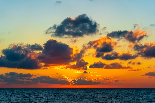 Nascer do sol colorido sobre a água do mar calma. conceito de férias de verão. ilha de koh phangan, tailândia