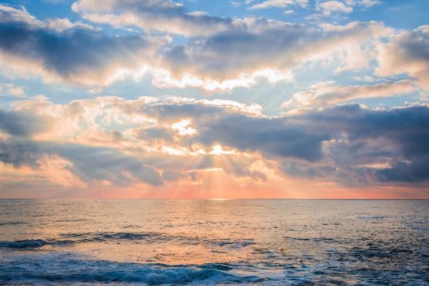 Nascer do sol colorido sobre o mar.
