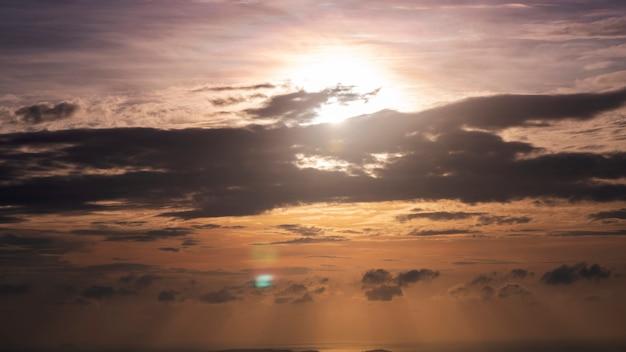 Nascer do sol com nuvens fluindo no céu