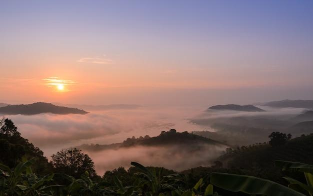 Nascer do sol com o mar de névoa acima do rio mekong na província de nong khai, tailândia
