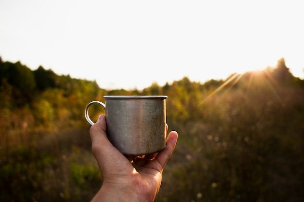 Nascer do sol com uma xícara de café fresco