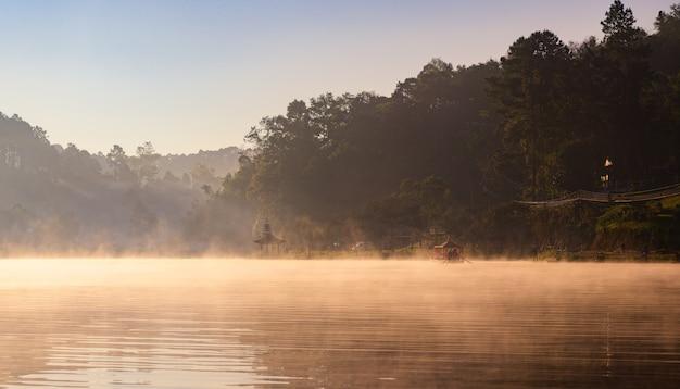 Nascer do sol da manhã com nevoeiro sobre rever
