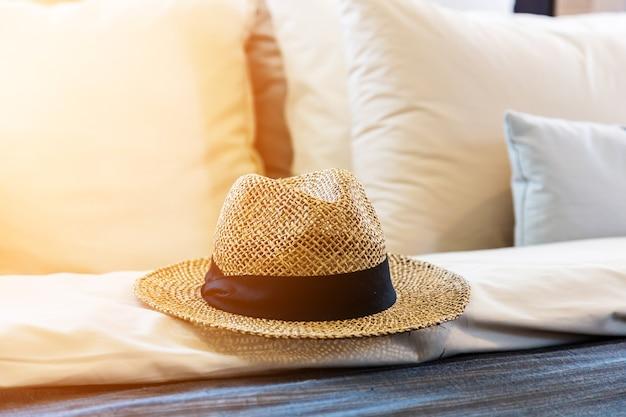Nascer do sol da manhã em um chapéu e travesseiros e lençóis no quarto do hotel.