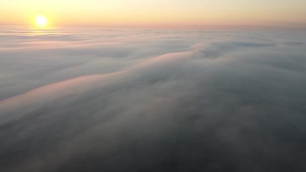 Nascer do sol da manhã sobre uma espessa névoa de outono que cobria toda a superfície da terra.