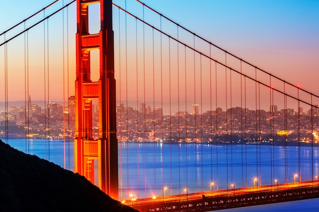 Nascer do sol da ponte golden gate de san francisco através de cabos