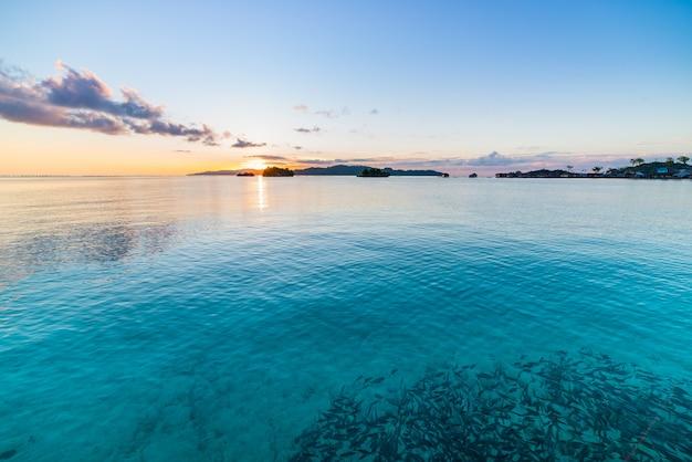 Nascer do sol das ilhas de togean, destino do curso das ilhas de togian, sulawesi, indonésia.