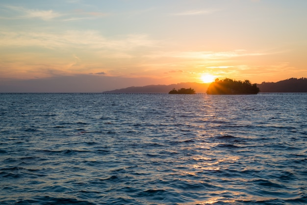Nascer do sol das ilhas de togean