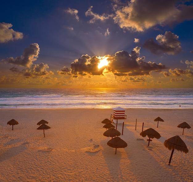 Nascer do sol de cancun em delfines beach mexico