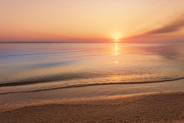 Nascer do sol de manhã cedo em uma paisagem agitada de rio / vento
