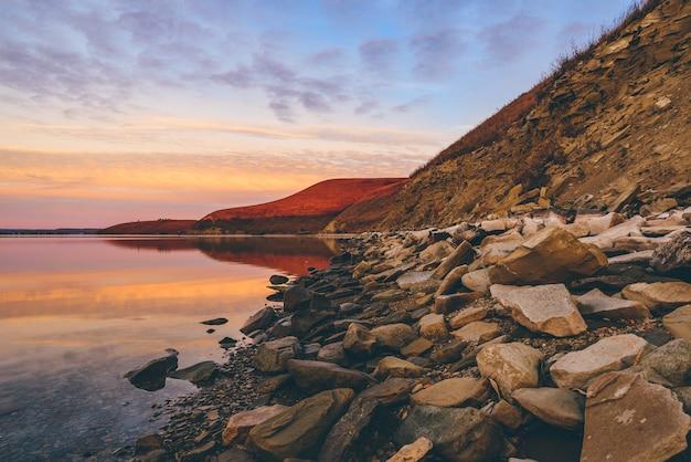 Nascer do sol de outono na costa montanhosa do rio zay