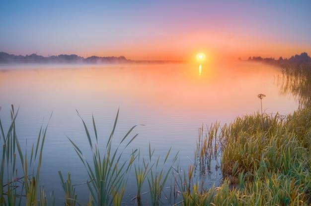 Nascer do sol de outono sobre o lago
