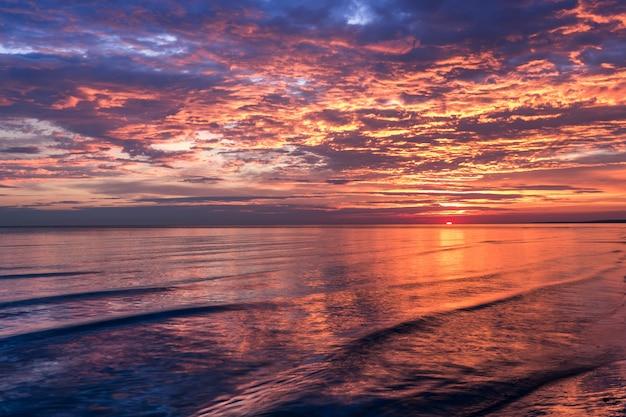 Nascer do sol do amanhecer sobre o mar báltico. letônia