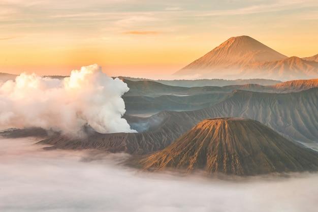 Nascer do sol do vulcão de bromo da montagem da paisagem, east java, indonésia.