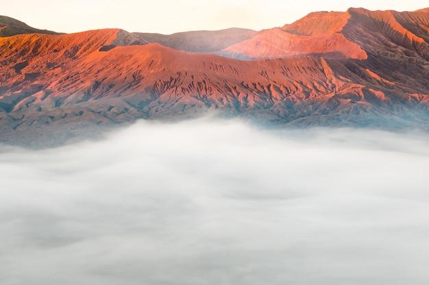 Nascer do sol do vulcão de bromo da montagem das paisagens, east java, indonésia.