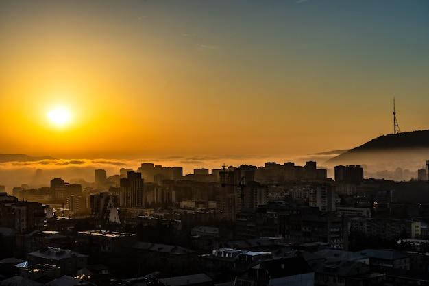 Nascer do sol e horizonte urbano em tbilisi, geórgia