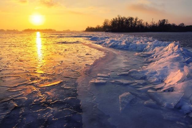 Nascer do sol e mar congelado. bela paisagem de inverno com lago no período da manhã.