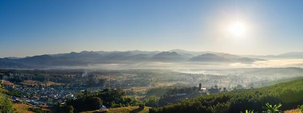 Nascer do sol e mar de nuvens sobre pai tailândia