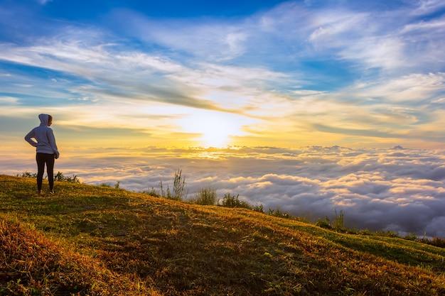 Nascer do sol e névoa bonitos em phu tubberk, província de phetchabun, tailândia.