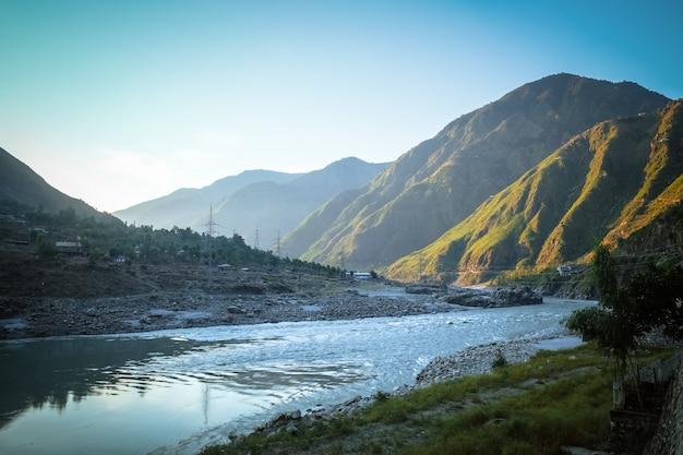 Nascer do sol em besham com uma vista das montanhas e do rio indus. paquistão.