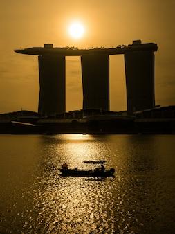 Nascer do sol em marina bay sobre marina bay sands hotel, singapura