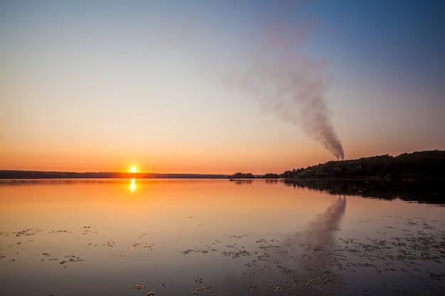Nascer do sol em um belo lago