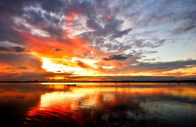 Nascer do sol fantástico crepuscular dramático da cena da manhã da natureza da nuvem colorida bonita do céu da paisagem do por do sol do rio.