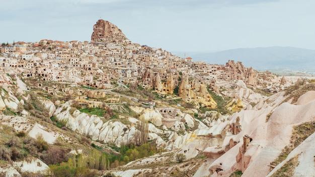 Nascer do sol fantástico sobre o vale vermelho em cappadocia, anatólia, turquia. montanhas vulcânicas
