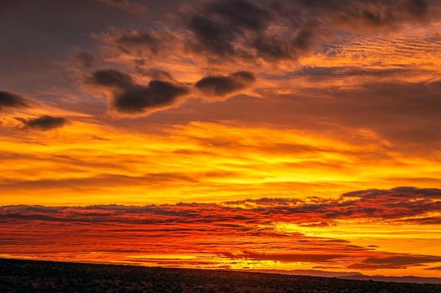 Nascer do sol incrível com cores rosa, dourado e magenta perto de monument valley, arizona, eua.