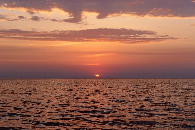 Nascer do sol lindo mar noite no verão.