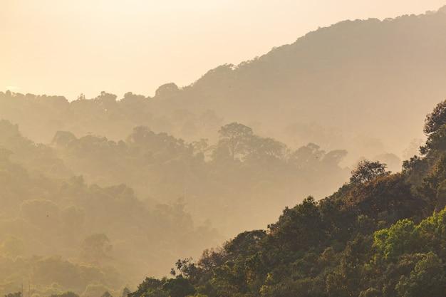 Nascer do sol majestoso do filtro de instagram na paisagem das montanhas. céu dramático