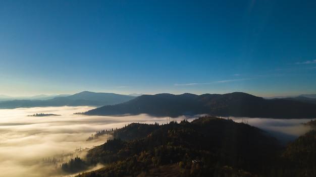 Nascer do sol majestoso na paisagem de montanhas