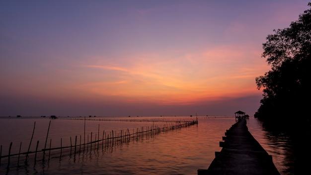 Nascer do sol na baía de bangtaboon, bela luz, paisagem