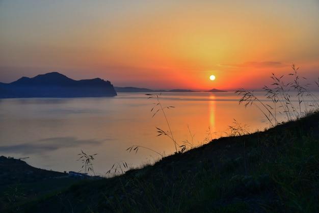 Nascer do sol na costa da montanha