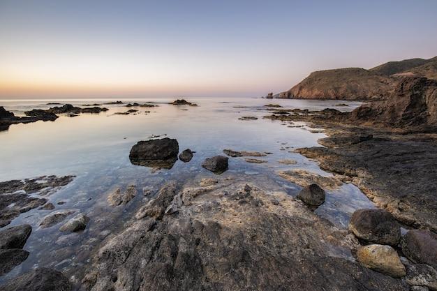 Nascer do sol na costa de escullos. parque natural do cabo de gata. espanha.