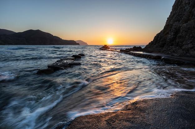 Nascer do sol na costa de isleta del moro. parque natural do cabo de gata. almeria. espanha.