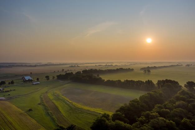 Nascer do sol na paisagem rural de manhã cedo com campo natural